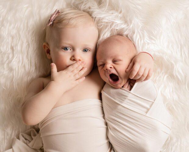 søskenfotografering, nyfødtfotografering, søskenfoto, sibling with a newborn newborn photography newborn photographer nyfødtfoto nyfødtfotografering nyfødtfotograf babyfotograf